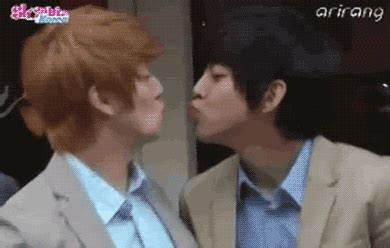 membuat gif dari video photoshop pasangan pasangan idola kpop yang mencuri ciuman dari yang