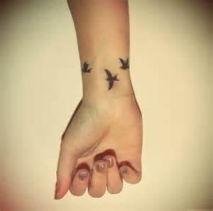 tatouage 3 hirondelles sur le poignet swallow pinterest