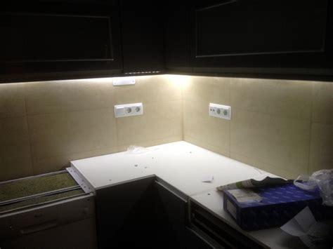 foto cinta led bajo muebles cocina de adrianreformas