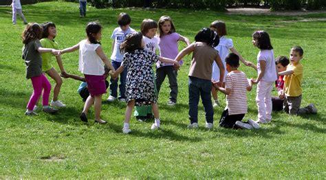 imagenes de niños jugando una ronda juegos tradicionales el bagul dels jocs en castellano