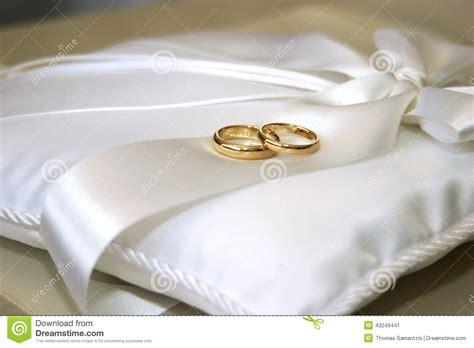 foto sul cuscino fedi nuziali sul cuscino bianco raso fotografia stock