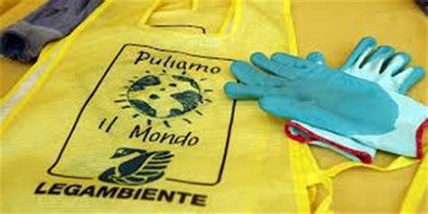 il mondo prima testo tutti con la divisa gialla per pulire il mondo prima