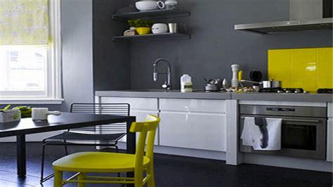 Formidable Repeindre Un Meuble Laque #6: decoration-cuisine-grise-peinture-meubles-blanc-credence-et-chaises-jaune.jpg