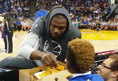 kevin durant fan page watch young warriors fan shares nachos with kevin durant