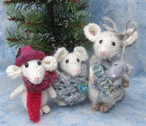 pattern for christmas mice knitted mouse family pattern by violasueknits on etsy