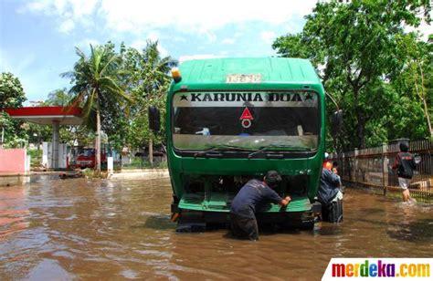 membuat puisi banjir foto truk truk mogok saat terjebak banjir pluit merdeka com