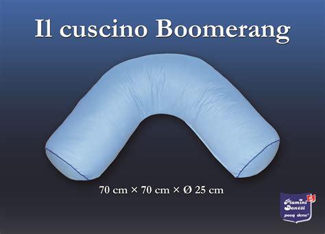 cuscini per gestanti il cuscino boomerang pensato per chi dorme sul fianco di