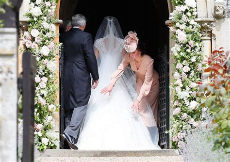 kate middleton arruma cauda de pippa antes da igreja e - Entrada Kate Middleton Igreja