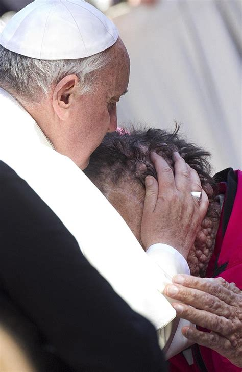 laste ned filmer pope francis a man of his word pope frances kisses blesses disfigured man after vatican