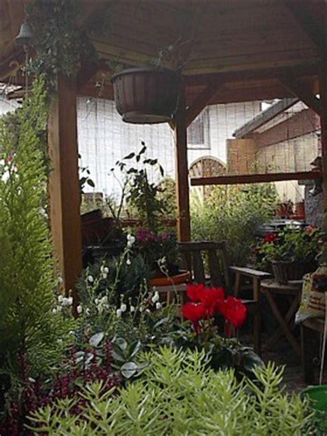 pavillon auf terrasse reihenhausgarten ein wundersch 246 ner kleiner garten mit