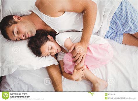padre duerme con su hija y follan padre que duerme con la hija en cama en casa foto de