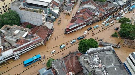 banjir  jakarta hari  petugas sampah tewas terseret