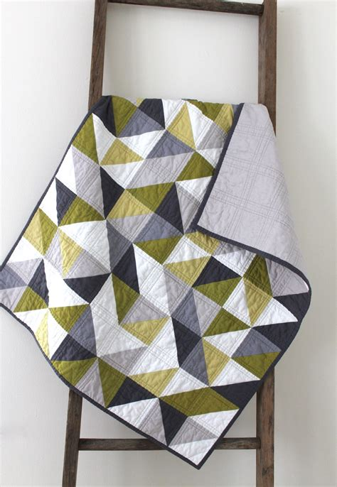 Geometric Pattern Quilt | craftyblossom grey and green geometric quilt