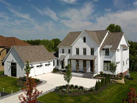 modernes bauernhaus characteristics of a modern farmhouse exterior