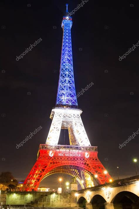 torre eiffel di notte illuminata la torre eiffel di notte parigi francia foto