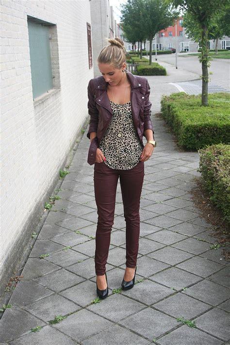 H Jaket List Maroon burgundy and a patterned top fall