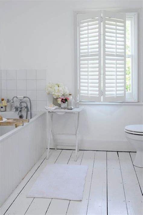 white bathtub paint houten vloer in badkamer