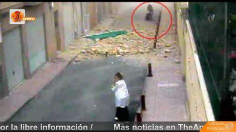 imagenes de niños que se caen una c 225 mara graba como cae un edificio sobre una mujer y