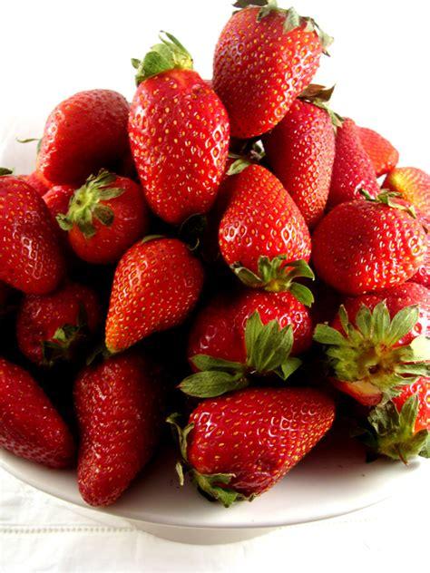 cos de fresas 8467593946 gazpacho de fresas con pinxo de cabra margot cosas de la vida
