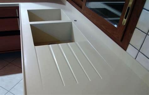 lavello in corian fase di montaggio di un piano cu