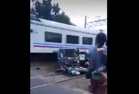 detik api video detik detik kecelakaan kereta api tabrak mobil di