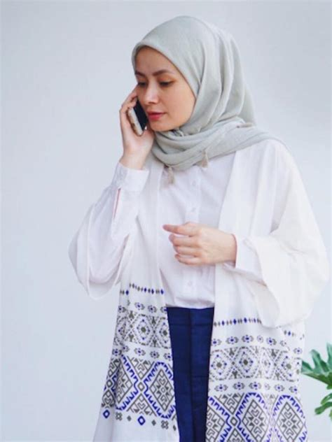 Atasan Outer Chic Aksen Dua Warna 5 inspirasi gaya busana dengan atasan warna putih fashion bintang