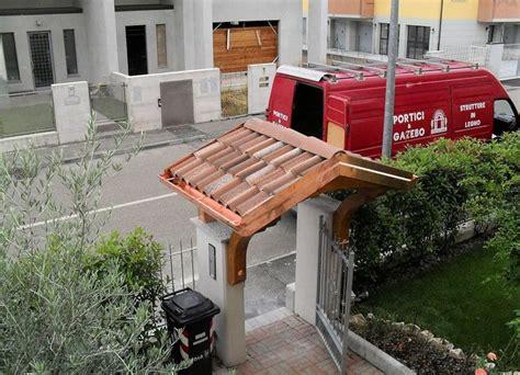 tettoie in legno per cancelli oltre 25 fantastiche idee su cancelli di legno su