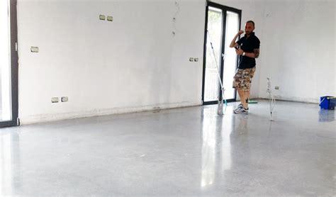 pavimenti facili da pulire o polveroso pavimento in cemento in un nuovo