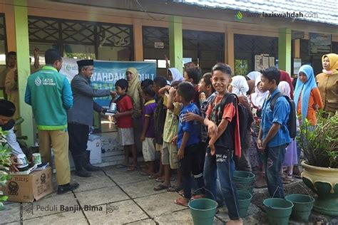 Untuk Anak Sekolah lazis wahdah lazis wahdah salurkan perlengkapan sekolah untuk anak korban banjir bima