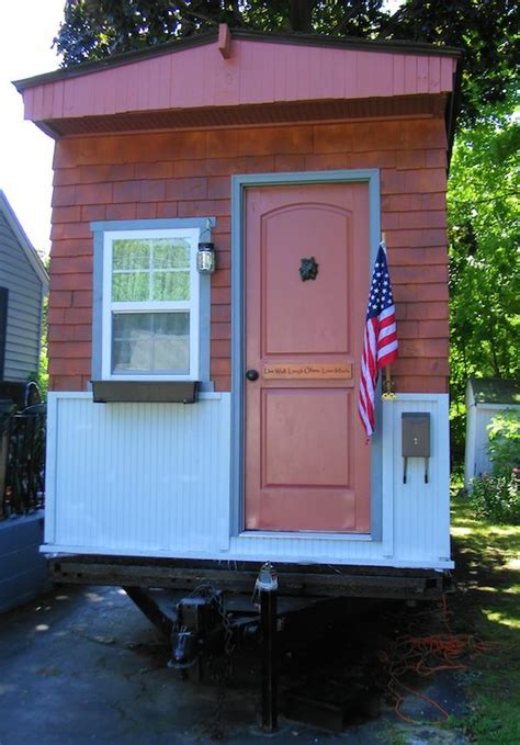 Tiny House Talk ? Woman in her 50s Builds her own Debt