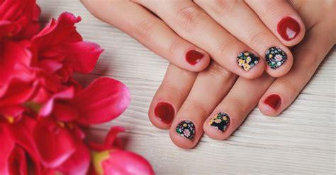tutorial nail art yang cantik lihat inspirasi 6 desain nail art simpel untuk kuku pendek
