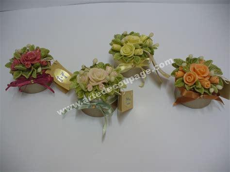vasetto in cristallo con rosse decorato con pasta di mini scatole decorate con in pasta di mais arte
