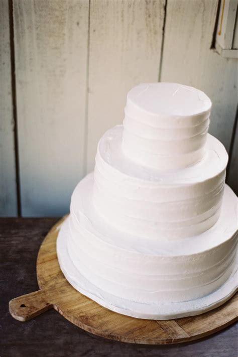 Wedding Cake Simple White by 14 Minimalist White Wedding Cake Styles The Bohemian Wedding
