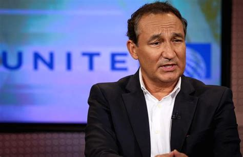 oscar munoz united ceo emirates trolls united airlines as ceo refuses to resign