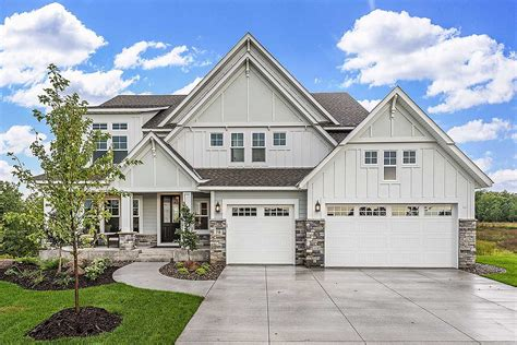 exclusive modern craftsman farmhouse with welcoming front