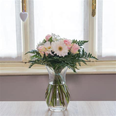 fiori torino consegna domicilio bouquet dai toni chiari fiori a torino consegna a domicilio