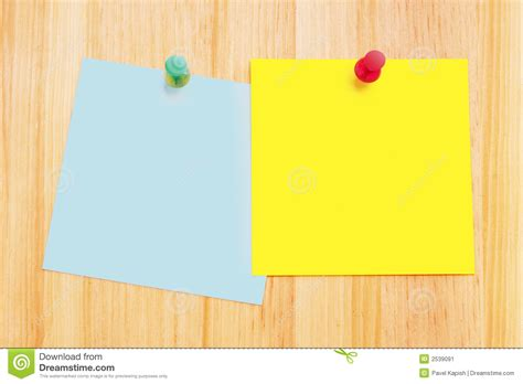 notes de post it sur le bureau en bois image stock image