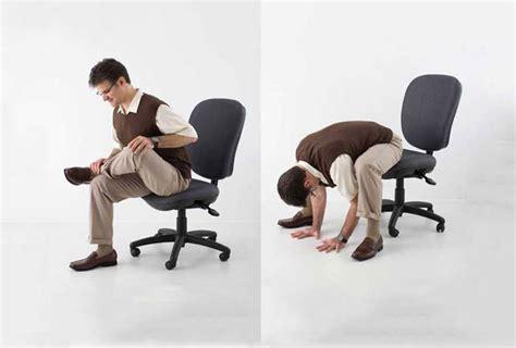 sulla sedia esercizi da seduti che si possono praticare in ufficio