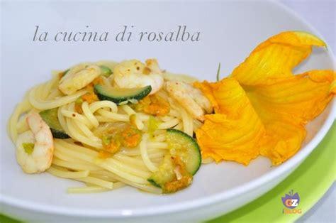 pasta fiori di zucca e gamberetti pasta con gamberetti fiori di zucca e zucchine ricetta