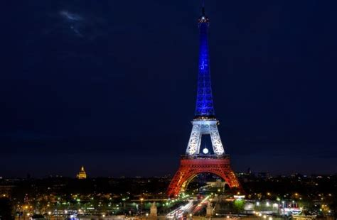 torre eiffel di notte illuminata tour eiffel illuminata viaggi e vacanze