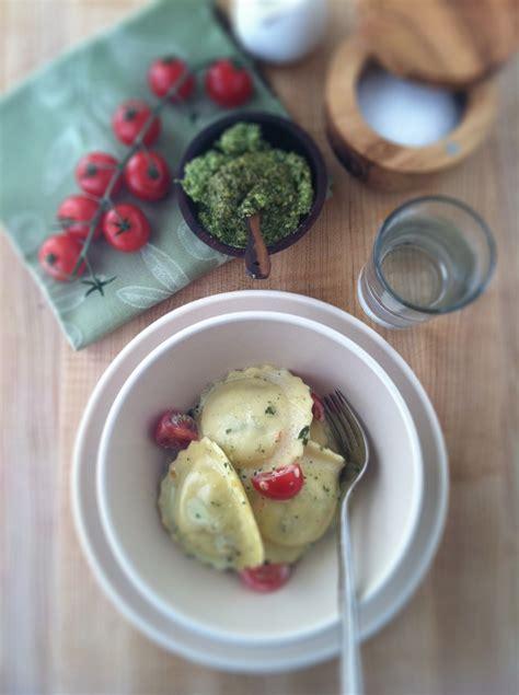 ravioli  creamy pesto  tomato sauce bell alimento