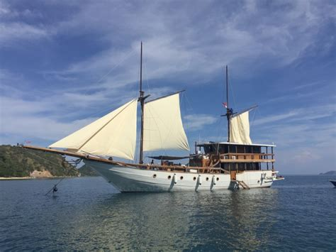 boat komodo  daily charter  liveboard cruise