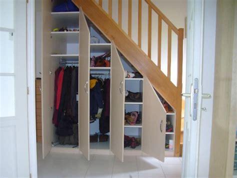 comment am駭ager un placard de chambre am 233 nagement sous escalier id 233 es sous escalier
