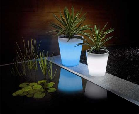 Glowing Planter Pots by Solar Powered Glowing Plant Pot Envirogadget