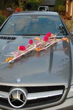 vaasje met bloem in auto bruidsdecoratie auto stuk van lila rozen wit gipskruid