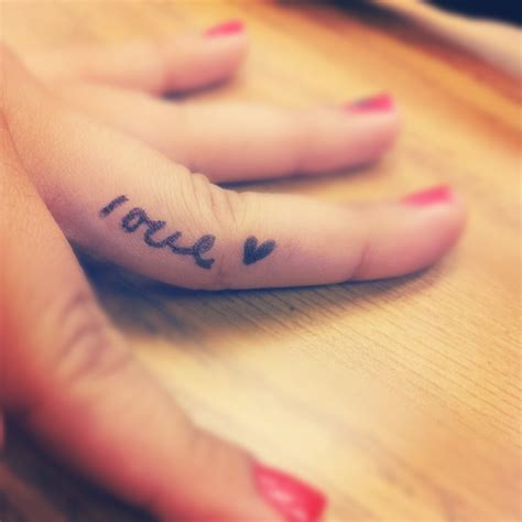 手指上漂亮唯美的英文纹身