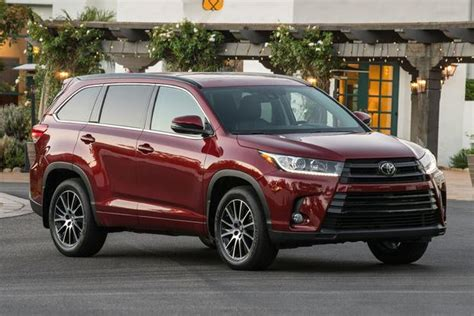 toyota jeep white 2016 vs 2017 toyota highlander what s the difference