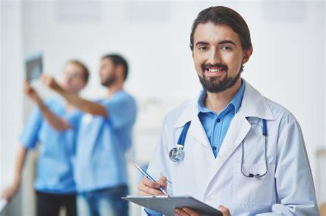 imagenes motivacionales de medicos m 233 dico revisando sus notas descargar fotos gratis
