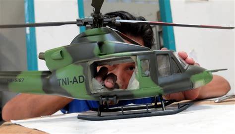 Miniatur Pesawat Capung Bahan Kayu intip proses pembuatan miniatur pesawat terbang foto tempo co