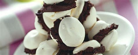 gelato al cioccolato testo baci di meringa e gelato al cioccolato sale pepe